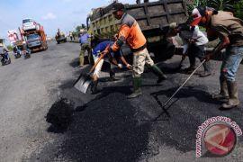 Penambalan lubang jalan Tol Jakarta-Cikampek diitensifkan