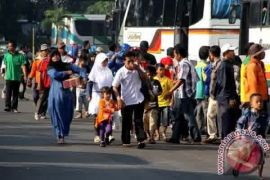 Ratusan penumpang tertahan akibat persediaan bus kosong