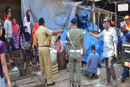 Personel gabungan tertibkan pedagang pasar baru Bekasi