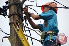 PLN Bekasi relokasi tiang listrik tengah jalan