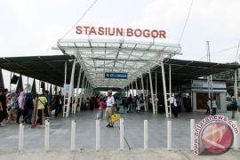 Polisi bantu pengamanan di Stasiun Bogor