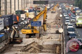 Pengerjaan tol layang Jakarta-Cikampek tutup satu lajur jalan