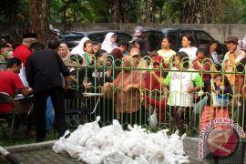 Kemeriahan Pembagian Daging Kurban Di Nurul Falah Bogor (2 Video)