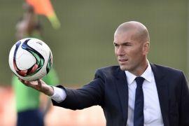 Zidane Bela Ronaldo yang Berkaca Gunakan Handphone