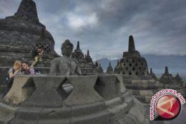 Wisatawan Pertama Borobudur Diarak Naik Gajah