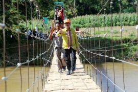 Warga Perdesaan Pringsewu Lampung Kini Menikmati Jembatan Gantung