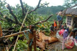 Puting Beliung Menerjang 17 Rumah di Karawang