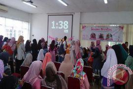Puluhan Ibu Desa Cikarawang Ikut Seminar