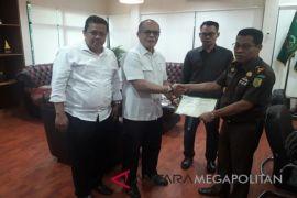 BPJS Ketenagakerjaan Cikarang  memberikan sertifikat kepada Kejari