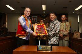 Rektor IPB dapat hadiah baju Nias dari Bupati Nias Utara