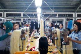 Didatangi Presiden Jokowi, Buruh pabrik rambut palsu kaget (Video)