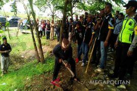 Polisi mengawal petani menanam di lahan sengketa