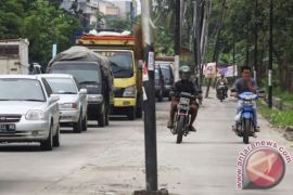 Badan jalan Bekasi terhalang 433 tiang listrik