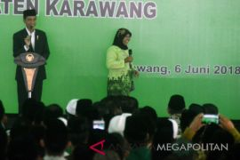 Presiden bagi-bagi kaos Asian Games di Karawang