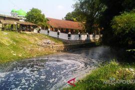 Siswa Karawang terganggu limbah sungai dekat sekolah