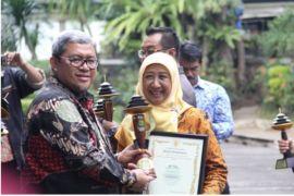 Gubernur Jawa Barat serahkan penghargaan TK Akbar juara 1 LSS
