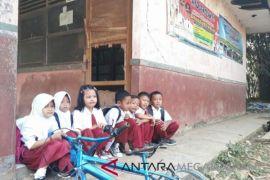 Ruang kelas rusak, pelajar Karawang belajar di koridor kelas