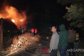 Seorang Pria Membakar Rumah Selingkuhan Isterinya