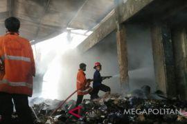 Sebuah gudang limbah di Karawang ludes terbakar