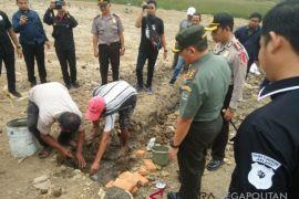 Polisi tutup saluran pembuangan limbah ke Citarum