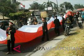 Bendera merah putih raksasa diarak di Rengasdengklok
