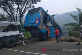 55 orang tewas akibat bus masuk ke jurang