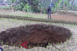 Lubang misterius muncul di tengah sawah Sukabumi