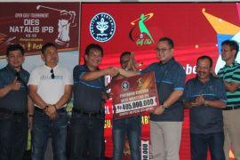 Dalam 15 menit terkumpul dana ratusan juta dari Turnamen Golf Alumni IPB Piala Rektor