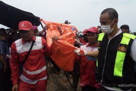 Potongan tubuh serupa punggung dievakuasi menuju Karawang