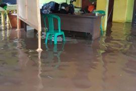 Hujan genangi tiga kecamatan dan jalan Bekasi