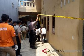 Petugas rekonstruksi bongar paksa pintu kontrakan Diperum