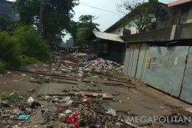 Warga Karawang blokir jalan karena sampah tidak diangkut