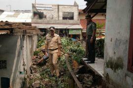 Rumah warga terdampak puting beliung mulai diperbaiki