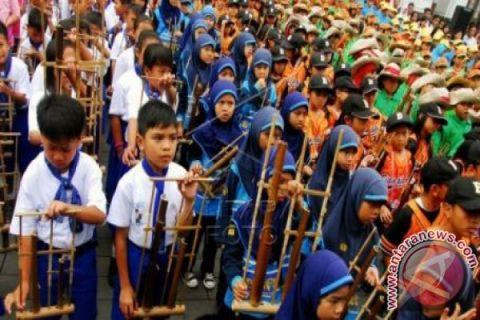 Ribuan orang rayakan hari angklung 2018
