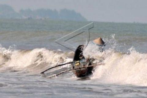 Diterjang gelombang dikabarkan empat nelayan Karawang hilang