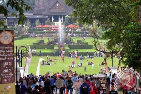 Pengujung Kebun Raya Bogor mencapai 28.700 orang.