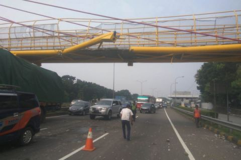 JLJ mulai perbaiki JPO rusak tertabrak truk