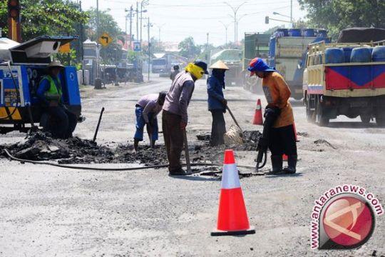 Dishub Bekasi memasang papan peringatan lubang jalan