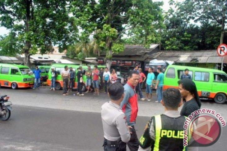 Pelajar Terpaksa Pulang Jalan Kaki Akibat Demo Angkot Di Bogor