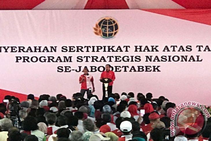Presiden Bersepeda Serahkan 7.486 Sertifikat Tanah Masyarakat (Video)