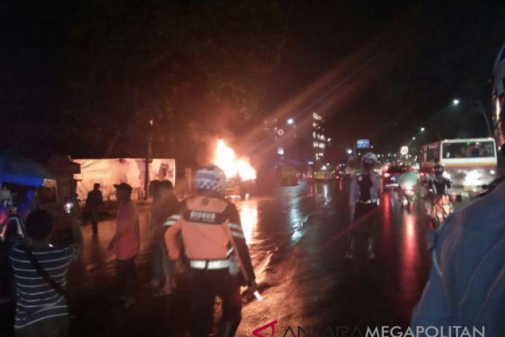 Sebuah angkot di Bogor ludes terbakar