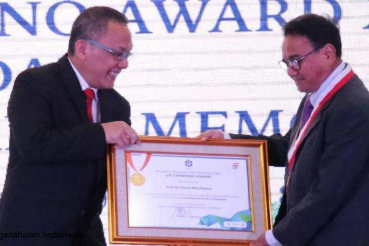 Guru Besar IPB Prof. Dr. Daniel Murdiyarso (kanan) saat menerima penghargaan Lembaga Ilmu Pengetahuan Indonesia (LIPI) Sarwono Award XVII di Auditorium LIPI Jakarta. (Humas IPB).