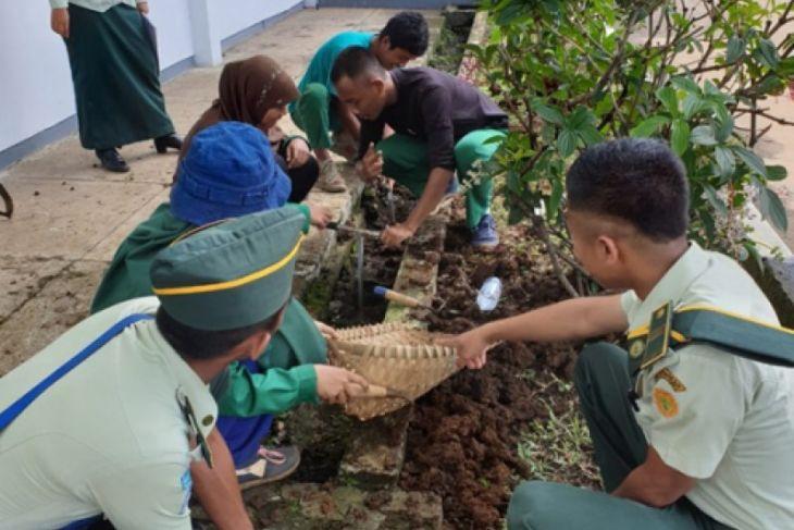 Mahasiswa Polbangtan Bogor buat 1,000 lubang biopori
