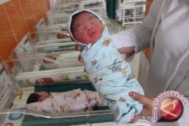 Apa Pendapat Ahli Kesehatan Menaburkan Bedak di Sekitar Area Vital Bayi
