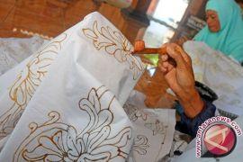 Warga Filipina tertarik kegiatan membatik di paviliun Indonesia