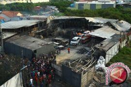 Polisi dampingi keluarga korban lihat lokasi kebakaran gudang kembang api