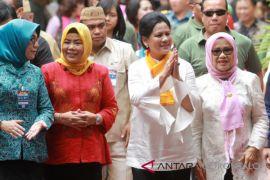 Ibu Iriana Jokowi Serahkan Perlengkapan Sekolah di Gorontalo