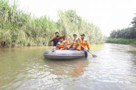 Bupati Monitor Sungai Bulango Gunakan Perahu Karet