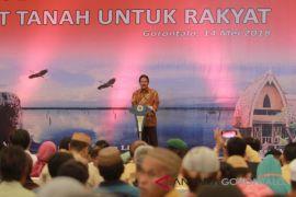 Menteri Agraria Serahkan 1.650 Sertifikat Di Gorontalo