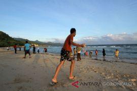 Ratusan Wisatawan Liburan Di Pantai Kurenai